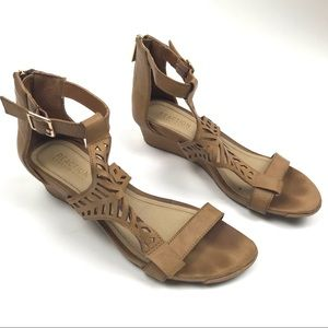Reaction Kenneth Cole 7M Low Wedge Sandal T Strap